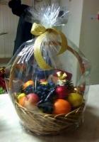 Корзина Вкусный презент Состав: конфеты Бельгийские- 1 шт, лимон- 5 шт, мандарины- 1 кг, апельсины- 1 кг, яблоки- 1 кг,виноград- 1 грона, новогодний декор Размер: 30 см