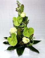 Аромат свежести Состав: роза- 3 шт, антуриум- 3 шт, леукодендрон зеленый- 5 шт, бамбук- 3 шт, аспидистра. Размеры: 60 х 30 см. Односторонняя композиция, выполненная на оазисе.