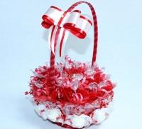 Корзинка-валентинка Состав: шоколадные конфеты зимняя вишня (вишня в шоколаде)- 19 шт, Рафаэлло- 10 шт. Высота: 40 см.