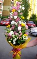 Мелодия сердца Состав: орхидея цимбидиум- 1 ветка, эустома белая- 10 шт, фрезия желтая- 10 шт, тюльпан розовый- 10 шт, зелень. Размер: 60 см.