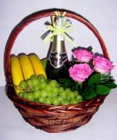 Подарочная корзина № 18 Состав корзины:яблоки- 1 кг, бананы- 1 кг, виноград- 1 грона, киви- 5 шт, груша- 3 шт, шампанское советское- 1 бут., роза -3 шт, зелень. Ассортимент корзинки  и колличество наполнения можно изменить по Вашему усмотрению.