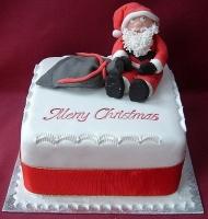Торт Merry Christmas Вес торта: 3 кг Заказывать торт необходимо за 3- 4 дня до момента доставки! Доставка торта возможна только по Киеву и области. Выберите начинку для торта: ФруктовыйНежный ванильный бисквит, пропитанный сахарным сиропом. Крем из натуральных, взбитых сливок с кусочками фруктов (персик, киви, ананас, груша, вишня, ягоды по сезону). Шоколадно-вишневыйШоколадный бисквит, пропитанный вишневым сиропом (по желанию с коньяком), взбитые сливки с вишней и кусочками шоколада. СметанникШоколадный и ванильный бисквит, сметанный крем (по желанию с добавлением орехов и кусочками шоколада). ЛакомкаТрадиционный белый бисквит, пропитанные карамельным сиропом, нежный крем из взбитых сливок с добавлением сгущенки-ириски с вишней. Птичье молоко Нежный бисквит(ванильный или шоколадный, на выбор), пропитанный ванильным сиропом. Крем— суфле птичье молоко скусочками белого ичерного шоколада. Золотой ключик Ореховый бисквит, пропитанный кофейным сиропом, крем на основе вареной сгущенки с жаренными грецкими орехами. ТрюфельныйШоколадный бисквит с кусочками шоколада, ромовая пропитка, шоколадно трюфельный крем с кусочками шоколада. Медовик Тонкие медовые коржи, сметанный крем, чернослив, курага игрецкий орех. (Можно без сухофруктов или на выбор).
