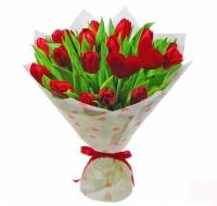 Букет 15 красных тюльпанов Состав букета: тюльпаны красные- 15 шт флористически декор- сердечки Размер: 50 см Оформление: флизелин