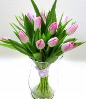 Букет 15 розовых тюльпанов Состав: тюльпан разноцветный- 15 шт Оформление: лента