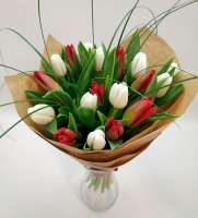 Букет 21 тюльпан Состав: тюльпан белый-11 шт тюльпан красный- 10 шт берграсс Оформление: бумага