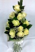 Адэль Состав букета: роза белая- 15 шт гипсофила- 2 ветки декоративная зелень рускус- 5 шт Оформление: органза Размер: 60 см Букет выполнен в форме круглого каскада