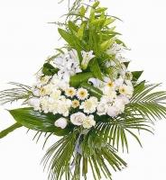 Каскад Состав букета: лилия- 4 ветки, хризантема- 5 веток, роза- 9 шт, гвоздика кустовая белая- 10 шт, зелень. Шикарный белоснежный букет, выполненный односторонним каскадом, будет приятным сюрпризом и отличным подарком на любом празднике.