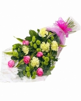 Моника Состав: роза- 5 шт, гвоздика- 7 шт, хризантема- 5 веток, зелень. Букет выполнен в форме одностороннего каскада. Размер: 60 см.