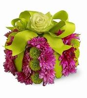 Подарок Состав композиции:хризантема Филин грин- 5 шт, хризантема розовая- 5 шт, роза-1 шт. Размер: 20 х 20 см. Цветовую гамму и состав композиции можно изменить по Вашему усмотрению.
