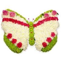 Бабочка Состав: хризантема- 45 шт, роза- 4 шт, гвоздика- 21 шт, флористический декор. Размер: 35 х 35 см.