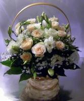 Малышка Состав: роза кустовая- 5 веток, эустома белая- 5 веток, гипсофила, зелень, корзина. Размер: 25 х 30 см.