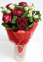 Милашка Состав: роза красная- 5 шт альстромерия- 2 шт декоративная зелень Оформление: красная сетка Размер: 55 см