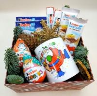 Коробка 6 Состав: чашка киндер яйцо 2 шт шоколад злаки 2 шт киндер т4 2 шт киндер макси 2 шт ветки ели шишки сушеный апельсин новогодний декор