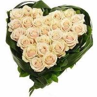 Белое сердечко Состав: роза кремовая- 25 шт, зелень.  По Вашему усмотрению, цветовая гамма, а также цветочный состав композиции может изменяться.