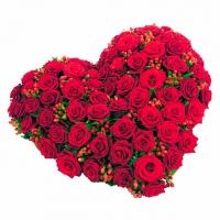 Сердце Амура Состав:роза красная- 55 шт, гиперикум- 15 веток. Размер: 45 х 45 см. По Вашему усмотрению, цветовая гамма, а также цветочный состав композиции может изменяться.