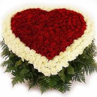 Пылающее сердце Состав:роза красная- 101 шт, роза белая- 104 шт, зелень. По Вашему усмотрению, цветовая гамма, а также цветочный состав композиции может изменяться.