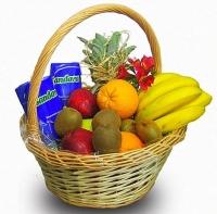 Подарочная корзина № 4 Состав корзины:ананас- 1 шт, киви- 5 шт, банан- 1 кг, апельсин- 3 шт, яблоко-1 кг, сок Sandora, 1.0 л- 2 шт. Ассортимент корзинки  и колличество наполнения можно изменить по Вашему усмотрению. Прекрасный подарок для любого торжества- День рождения, Новый год или просто приятный вечер с любимым человеком.