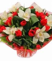 Воздушный поцелуй Состав букета: орхидея белая, тюльпан красный- 27 шт, аспидистра, зелень. Очаровательный букет из красных тюльпанов и орхидей подарит безграничную радость, теплоту и чувство праздника. Такой букет будет долго радовать Вас своей свежестью и красотой.