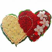 Жгучие сердца Состав: роза красная- 79 шт, роза кремовая- 42 шт, орхидея- 3 шт, аспидистра, флористический декор. Размер: 10х60х45 см.