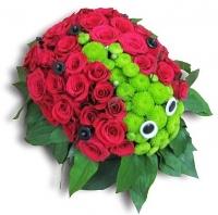 Божья коровка Состав: роза- 35 шт, хризантема Филин Грин- 3 ветки, флористический декор. Размер: 20х25 см.
