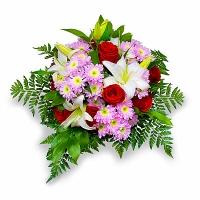 Островок Состав: роза- 9 шт, лилия- 1 шт, хризантема- 3 шт, зелень.