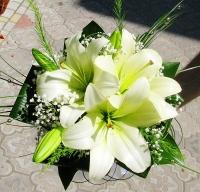 Букет невесты № 112 Состав букета: лилия- 1 ветка, гипсофила, зелень. Бутоньерка для жениха в подарок!