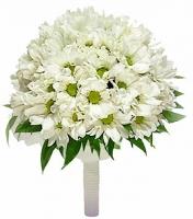 Букет невесты № 125 Состав букета: ромашковая хризантема- 10 веток, партбукетник.  Бутоньерка для жениха в подарок!