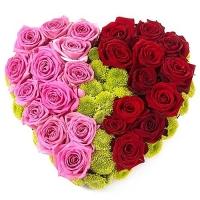 Две половинки Состав: роза красная- 12 шт, роза розовая- 13 шт, хризантема зеленая- 5 веток, оазис. Размер: 35 см.