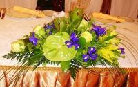 Композиция 33 Состав: антуриум- 1 шт, лилия- 1 ветка, роза- 5 шт, ирис- 5 шт, леукодендрон зеленый- 2 шт, зелень.