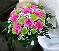 Букет невесты № 299 Состав букета: роза- 9 шт, хризантема- 2 ветки, гипсофила, зелень. Бутоньерка для жениха в подарок!