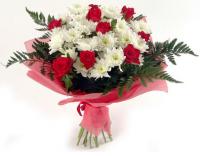 Мелодия любви Состав букета: роза- 9 шт, хризантема- 4 шт, зелень.