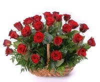 Корзина красных роз