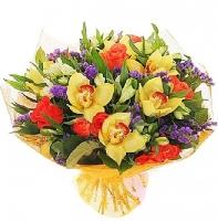 Чародейка Состав букета: роза коралловая- 9 шт, альстромерия белая- 10 шт, орхидея цимбидиум, статица- 5 веток, зелень.