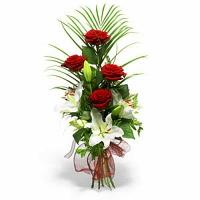 Маргарита Состав букета: роза- 4 шт, лилия- 1 ветка, зелень.