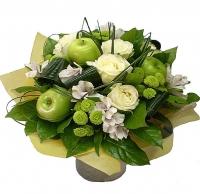 Цветы и яблоки Состав букета: роза белая- 5 шт, альстромерия- 7 веток, хризантема зеленая- 5 веток, яблоки- 3 шт, зелень.