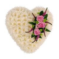 Нежное сердце Состав: хризантема белая- 20 веток, роза- 3 шт, хризантема зеленая- 2 шт, вероника- 6 шт. Размер: 40-45 см.