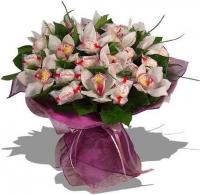 Конфеты в цветах Состав букета: орхидея цимбидиум, конфеты Raffaello- 15 шт.