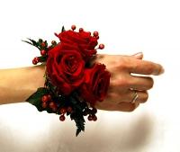 Браслет из роз Состав: роза- 3 шт, гиперикум красный, зелень.
