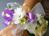 Лиловые оттенки Состав: хризантема белая, роза- 1 шт, декор.