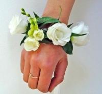 Белоснежные цветы Состав: фрезия, эустома, зелень.