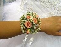 Браслетик из цветов Состав: роза кустовая, гипсофила.