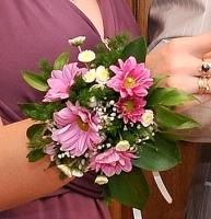 Цветы на руку Состав: хризантема 2х сортов, гипсофила, зелень.