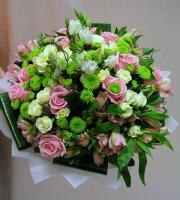 Палитра красок Состав букета: хризантема зеленая- 10 веток, эустома белая- 10 веток, роза белая кустовая- 10 веток, роза розовая- 10 шт, альстромерия розовая- 10 веток, аспидистра. Оформление: флизелин светлый.