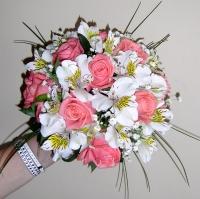 Букет невесты № 113 Состав букета: роза- 9 шт, альстромерия- 5 шт, гипсофила, зелень, партбукетник. Бутоньерка для жениха в подарок!