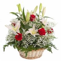 Аромат ванили Состав корзины: лилия белая- 3 шт, роза- 9 шт, гипсофила, арахнеодис. Размер: 40 х40 см.