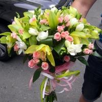 Обыкновенное чудо Состав букета: роза кустовая- 10 шт, фрезия- 10 шт, орхидея цимбидиум- 1 ветка, аспидистра. Размер: 30 х 45 см.