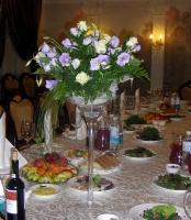 Лиловые цветы Состав: эустома- 9 веток, роза - 10 шт, зелень. Ваза в стоимость не входит. Цена вазы: 360 грн. Высота: 70 см.