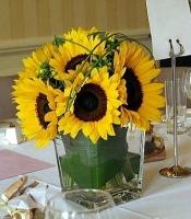 Жаркое лето Состав: подсолнух- 9 шт, гиперикум зеленый- 5 шт, зелень, ваза стеклянная.