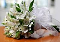 Букет невесты № 34 Состав букета: альстромерия- 11 веток, зелень. Бутоньерка для жениха в подарок! Цветовую гамму и состав букета можно изменить по Вашему усмотрению.