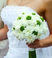 Букет невесты № 230 Состав букета: хризантема белая/зеленая- 10 веток, портбукетник. Бутоньерка для жениха в подарок!